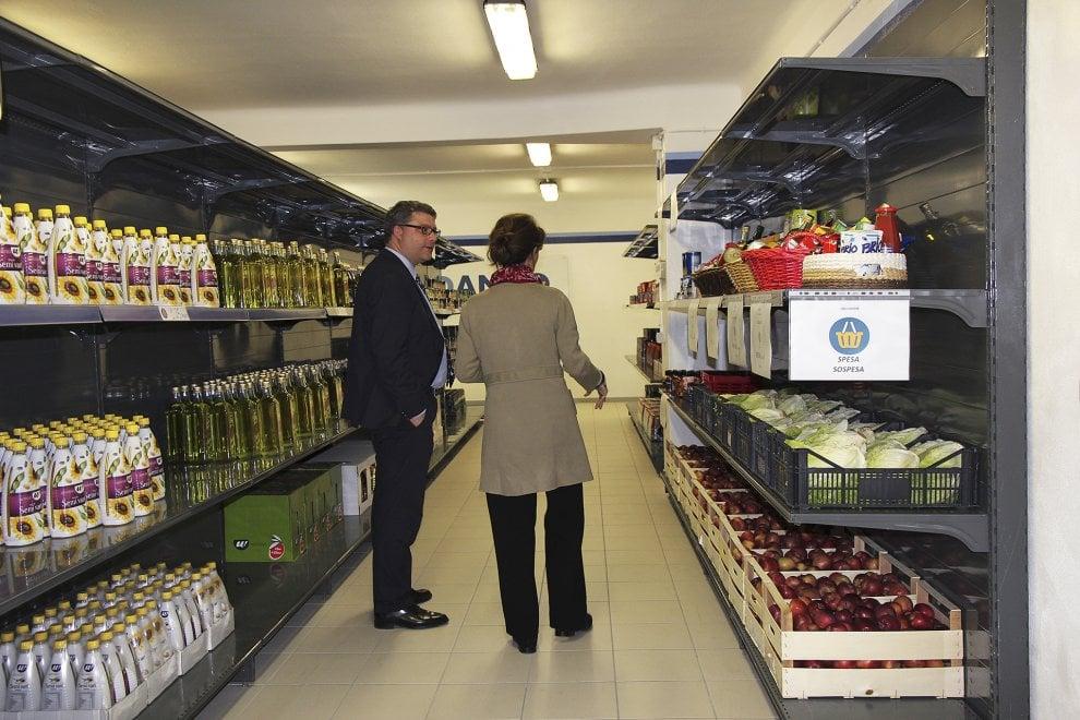 Milano, spesa dignitosa per chi è in difficoltà: apre il primo supermercato solidale