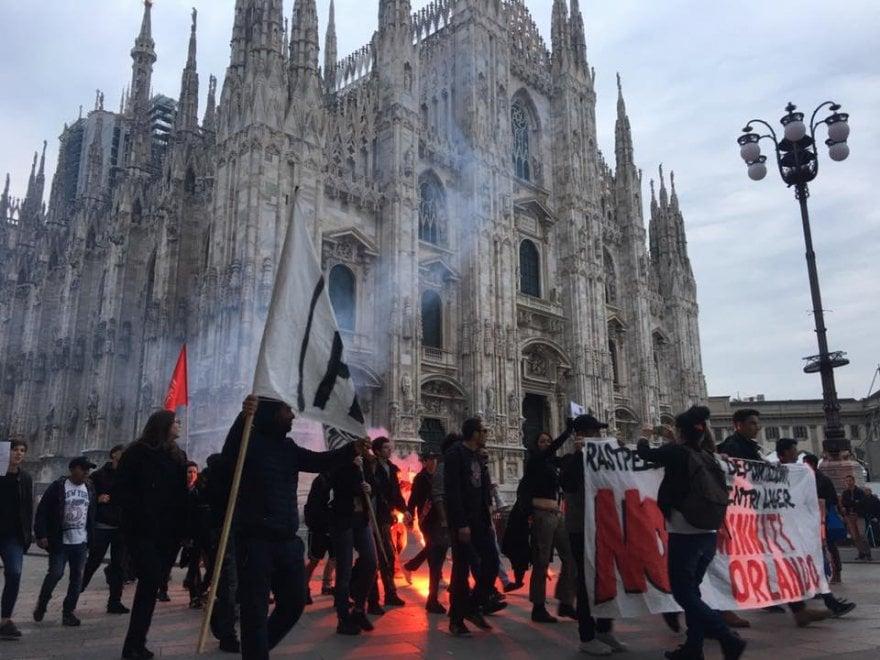 Migranti a Milano, dopo il blitz in Centrale la contestazione a Minniti