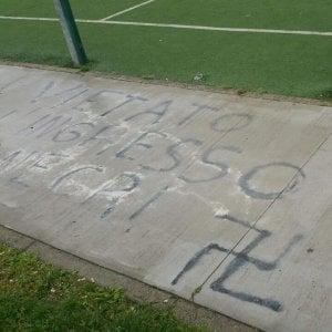 """Milano, svastiche e scritte razziste al parco giochi: """"Vietato l'ingresso ai negri"""""""