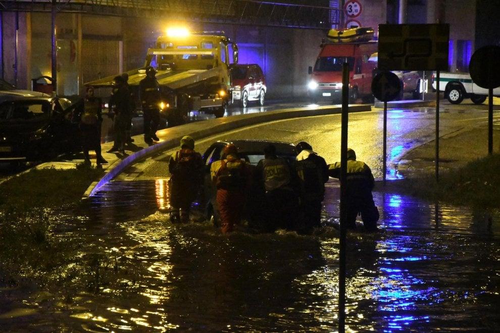 Maltempo, bomba d'acqua nel Milanese: disagi e allagamenti, automobilisti intrappolati