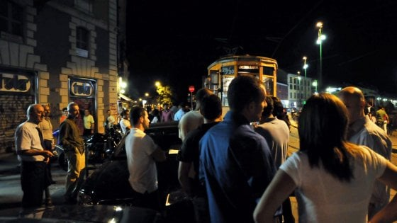 Beffato dalla voglia di movida sui Navigli, fa un salto al locale e lascia l'auto accesa: ladri pronti, la portano via