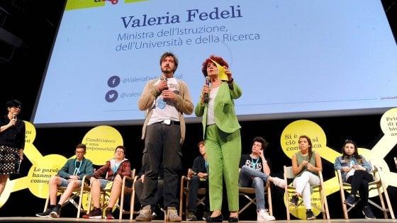Cyberbullismo, la ministra lancia il manifesto per le scuole: ma le parolacce di Ruffini fanno infuriare i prof