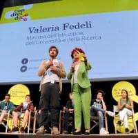 Cyberbullismo, la ministra lancia il manifesto per le scuole: ma le parolacce di Ruffini...