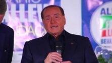 """Berlusconi a Monza: """"Macron ha una bella mamma che se lo porta sotto braccio"""""""