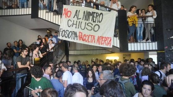 Statale di Milano, blitz degli studenti interrompe il voto sul numero chiuso: contestato il rettore