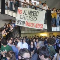 Statale di Milano, blitz degli studenti interrompe il voto sul numero chiuso: contestato...
