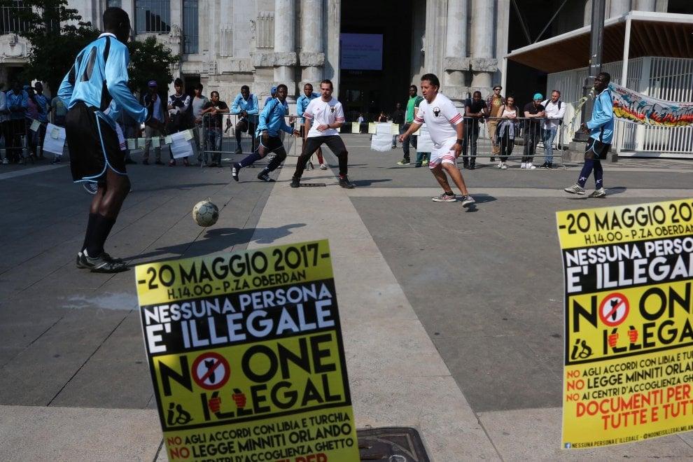 Milano, calcetto e concerto in Centrale: è la festa per i migranti