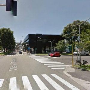 Milano, attraversa con il figlio di due anni in passeggino: investiti da un'auto