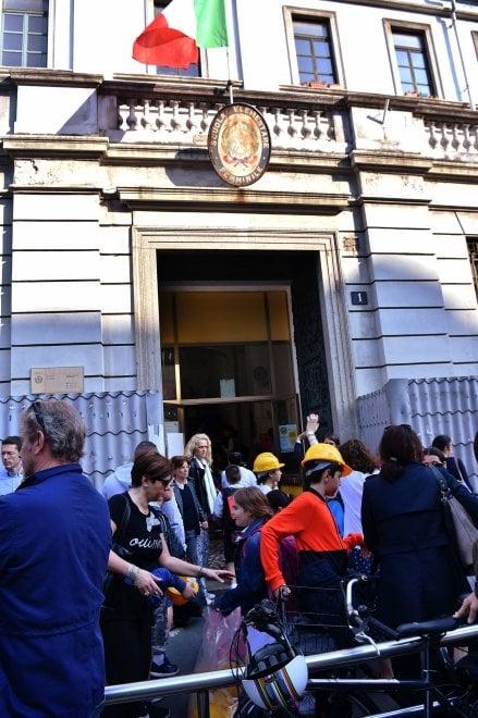 Milano, la protesta dei caschetti alla Mameli: studenti ...
