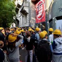 Milano, la protesta dei caschetti alla Mameli: studenti 'protetti' dopo i crolli a scuola