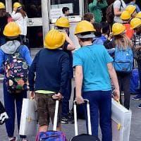 Milano, la protesta dei caschetti alla Mameli: studenti con la protezione in testa dopo i crolli a scuola