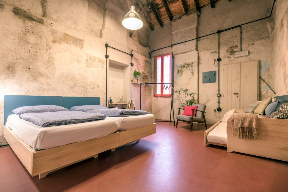 Milano, l'ostello della Cascina Cuccagna si rifà il look: camere comfort al posto dei letti a castello