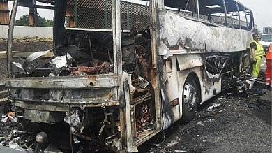 Pullman in gita scolastica prende fuoco sull'A4: salvi i bambini e le maestre   le foto