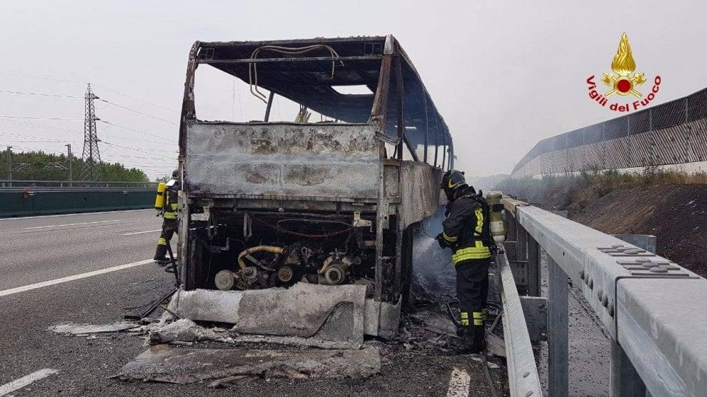 Milano, pullman in gita prende fuoco sull'A4: il mezzo distrutto dalle fiamme