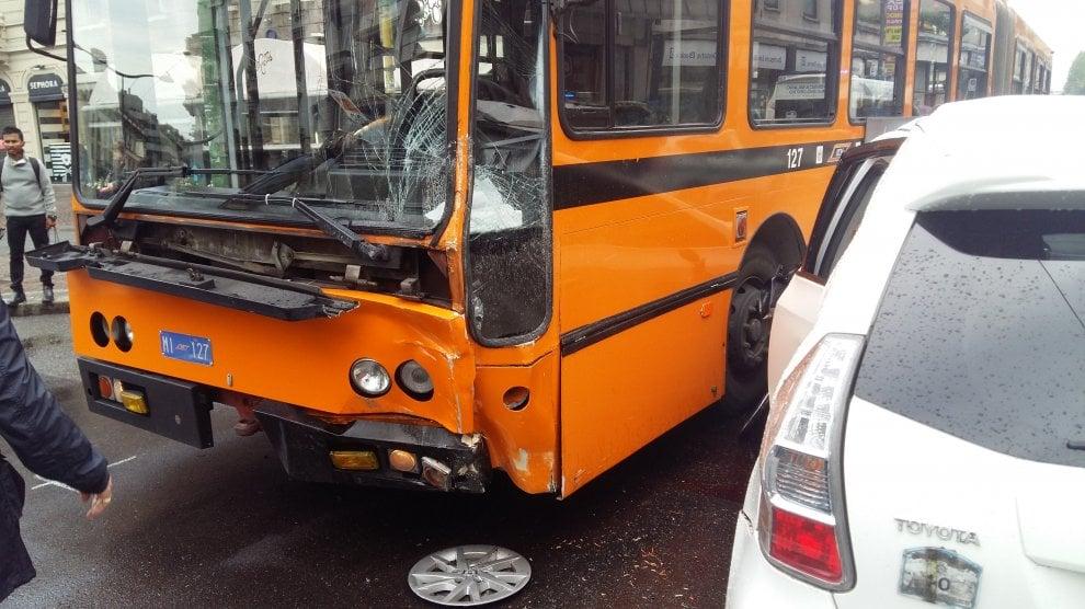 Milano, scontro tra taxi autobus e auto. Due feriti lievi e traffico in tilt