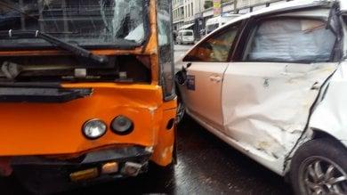 Scontro tra taxi autobus e auto. Due feriti lievi e traffico in tilt in Piazza Argentina