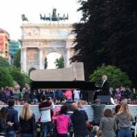 Milano, magia all'alba nel parco Sempione: suona Michael Nyman