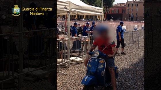 Mantova, falso cieco in Vespa anche al raduno cittadino: truffa da 200mila euro