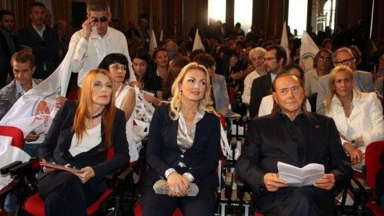 """Milano, Berlusconi fonda un nuovo partito: """"Movimento animalista, alle elezioni potrebbe arrivare al 20%"""""""