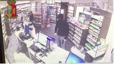 Arrestato rapinatore seriale di farmacie: terrorizzava tutti con pistola e bastone