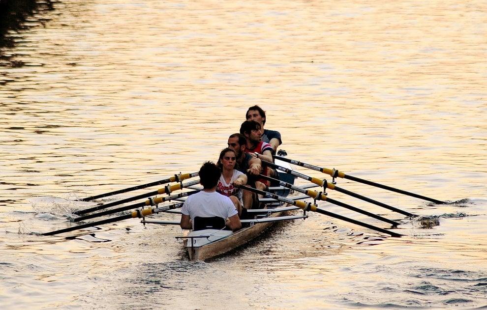 Milano, in canoa sui Navigli: l'allenamento all'ora del tramonto