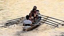 In canoa sui Navigli  l'allenamento  all'ora del tramonto