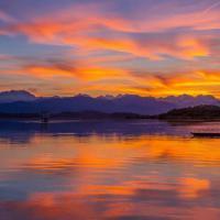 Lago di Varese, il tramonto ha mille sfumature: lo spettacolo sull'acqua