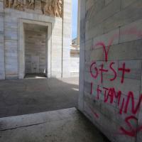 Milano, imbrattato l'Arco della Pace: ecco il monumento con le scritte spray