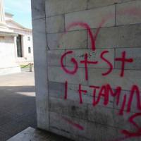 Milano, imbrattano con lo spray l'Arco della pace: denunciate 4 studentesse