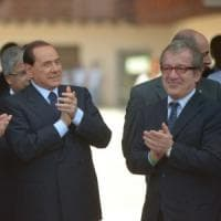 Maroni premia Berlusconi con la 'rosa' della Regione, insorgono Pd e M5S: