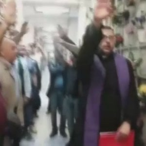 """Il saluto romano al Cimitero Maggiore di Milano del """"cappellano dei camerati"""""""