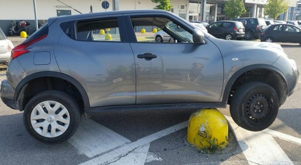 Bergamo, l'auto finisce sul panettone: il parcheggio creativo spopola sui social