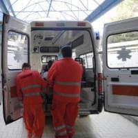 Pavia, elettricista 41enne precipita dal tetto mentre ripara un'antenna: muore in ospedale