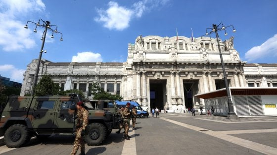 Migranti, polizia di nuovo in Centrale: una ventina identificati in questura. Protestano gli antagonisti