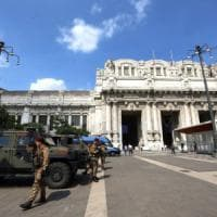 Migranti, polizia di nuovo in Centrale: 14 in questura, 2 arresti. Protestano gli antagonisti