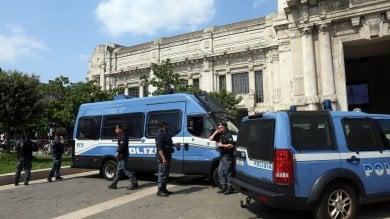 Migranti, polizia di nuovo in Centrale una ventina identificati in questura Protestano gli antagonisti, controllati