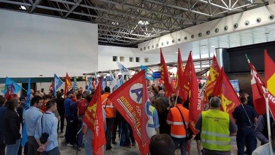 """Malpensa, i lavoratori del trasporto bagagli invadono il check-in di Ryanair: """"No ai subappalti"""""""