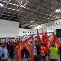 Malpensa, i lavoratori del trasporto bagagli invadono il check-in di Ryanair: