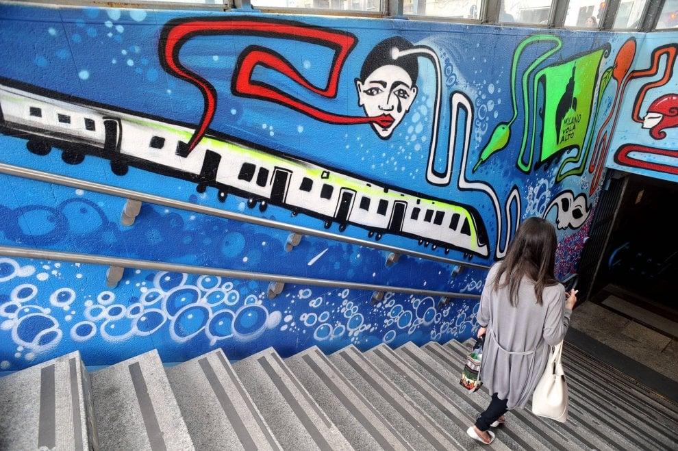 Milano, la fermata del metrò è un'esplosione di street art