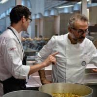 Il Refettorio di Bottura punta sul freddo: frutta e verdura avanzata, surgelata e data ai...