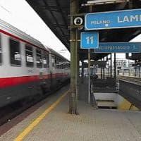 Lambrate: attraversa i binari mentre arriva il Frecciabianca, muore travolto