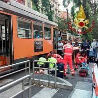 Milano, bambina di 12 anni incastrata sotto un tram: piede amputato
