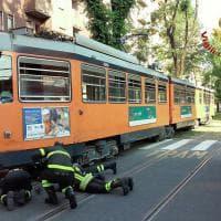 Milano, bambina 12 anni finisce sotto un tram: l'arrivo dei soccorritori