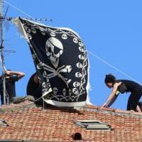 Milano, sgombero palazzina occupata: squatter sul tetto