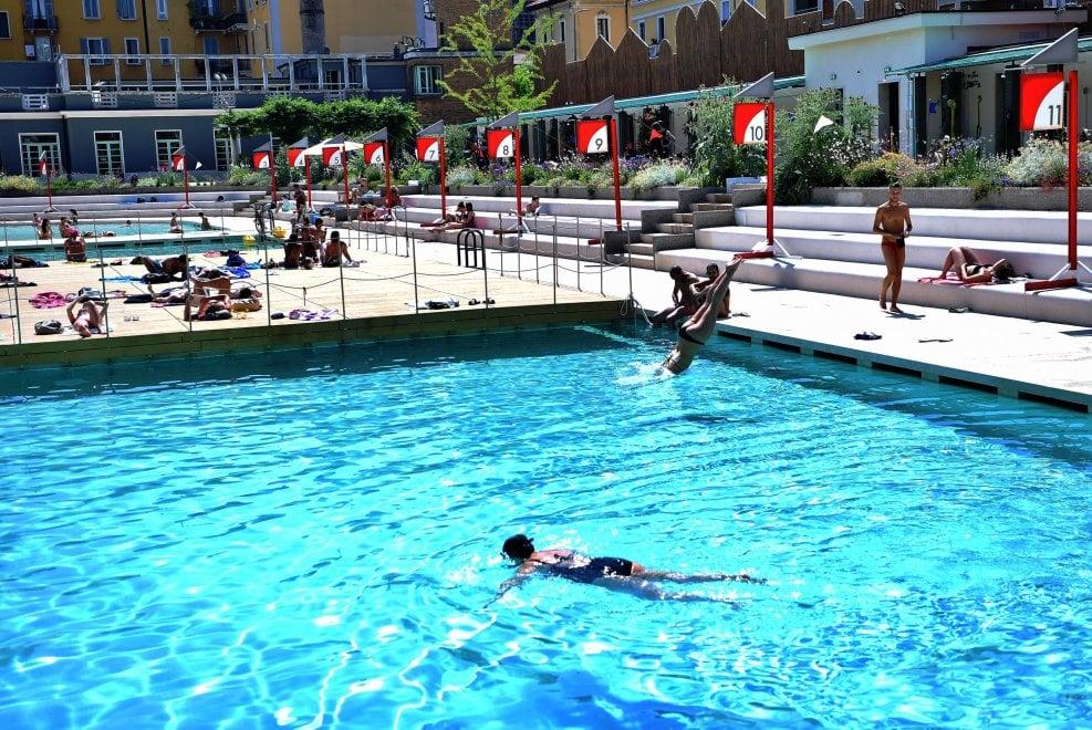 Milano di nuovo tutti in piscina primi tuffi ai bagni misteriosi 1 di 1 milano - Piscina argelati ...