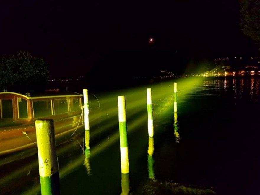 Fasci di luce sul lago d'Iseo, ricordando The Floating Piers