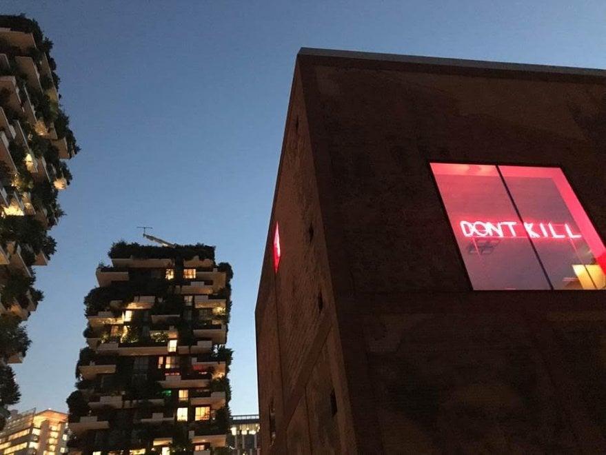 Milano, l'arte contemporanea accende la Casa della memoria: le parole di Primo Levi versione fluo