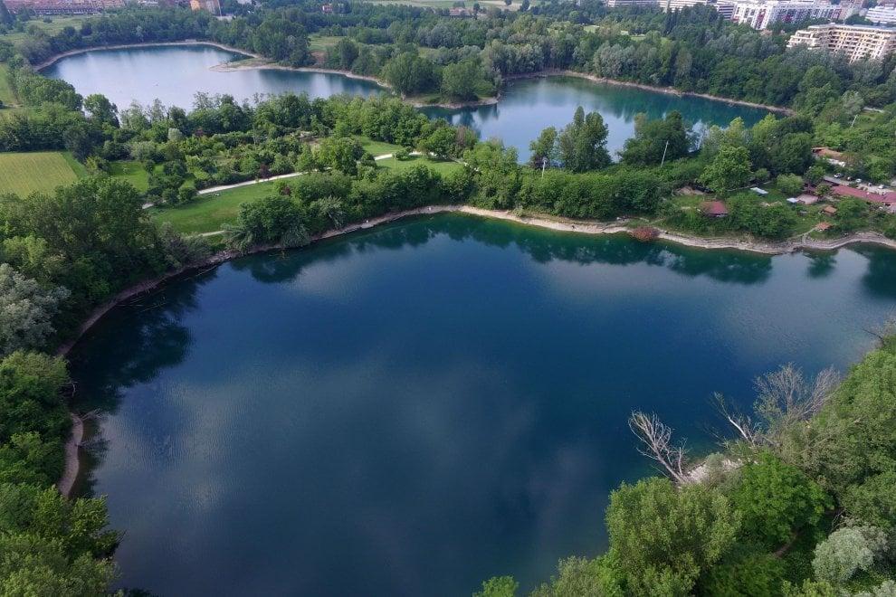 Milano, in volo con il drone sul parco delle Cave: e si scopre la bellezza dei laghetti