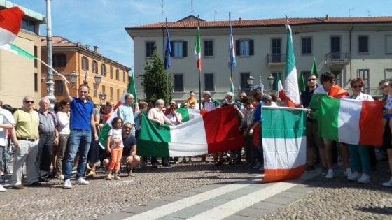 2 giugno, il sindaco leghista di Saronno vieta la Festa: cittadini in piazza per un flash mob tricolore