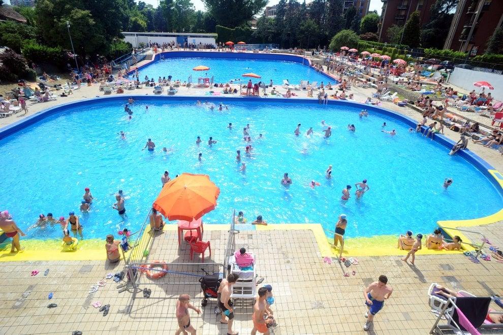 Milano primo giorno di apertura delle piscine boom di for Milano piscina argelati